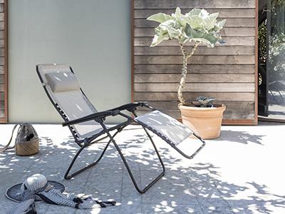 Fauteuil de relaxation LAFUMA Mobilier sur une terrasse