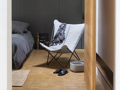 Fauteuil lounge gris chiné LAFUMA Mobilier installé dans une chambre