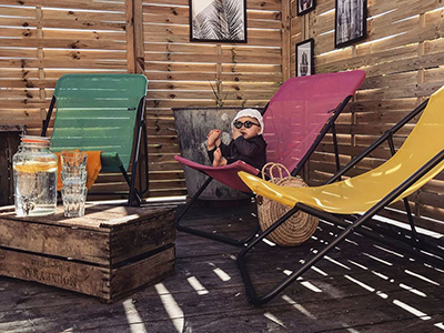 Small outdoor cocoon decorated with deckchairs from LAFUMA Mobilier