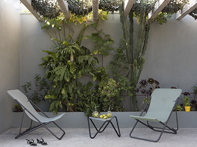 Tropical inspiration for this outdoor space with deckchairs from LAFUMA Mobilier