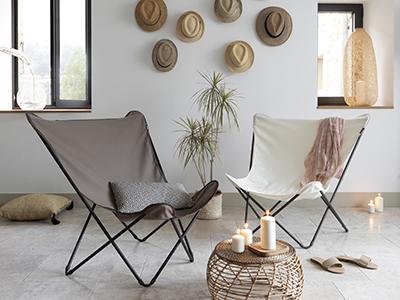 Fauteuils Design LAFUMA Mobilier couleur Ecru et Gres installés dans une pièce chaleureuse