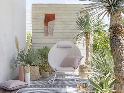 Cocoon Hedona auf einer wunderschönen Terrasse mit vegetaler Dekoration