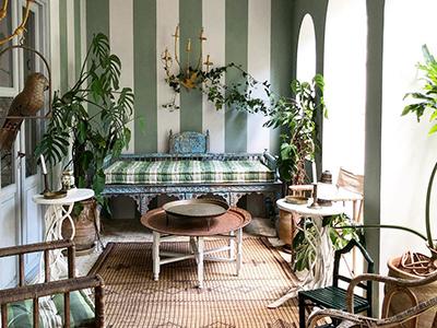 Mit Grünpflanzen verzierte Loggia