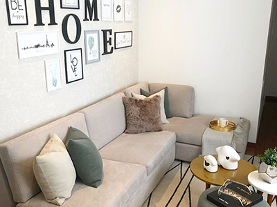 Wohnzimmer-Studio in hellen Farben und Pastelltönen
