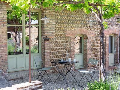 Stühle und Tische Anytime auf einer hübschen Terrasse mit abgegrenzten Bereichen