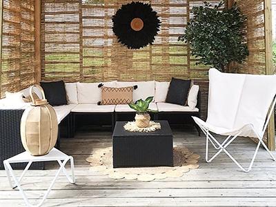 Aménagement d'une jolie terrasse couverte avec pergola en bois, fauteuils et Sphinx Argile
